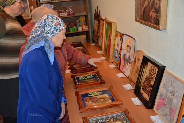 Посетители выставки икон.